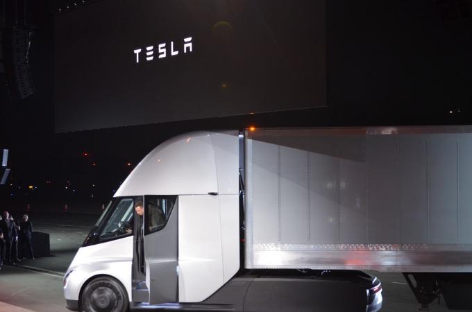 無人駕駛電動卡車可能是解決司機不足的靈丹,但還要好幾年才能實現 (圖: AFP)