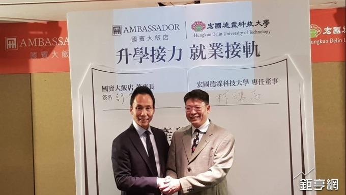 國賓董事長許育瑞(左)。(鉅亨網資料照)