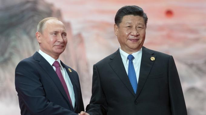 習近平(右)與普丁參加上合會議青島峰會(圖:AFP)