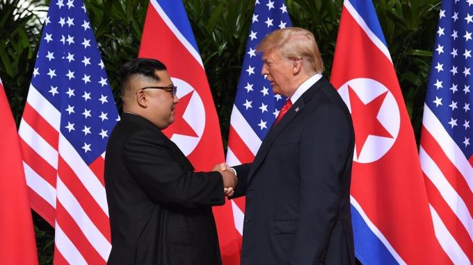 北韓領導人金正恩與美國總統川普12日於新加坡進行會面(圖:AFP)
