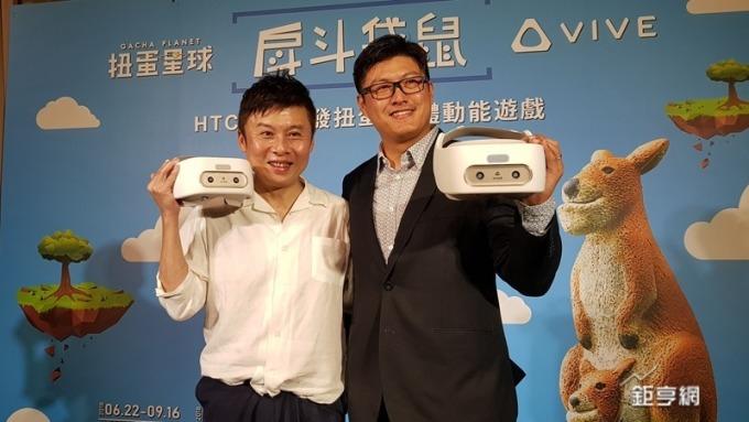 宏達電VR中心副總劉思銘(左)台灣區總經理陳柏諭共同發表VR體動能遊戲。(鉅亨網記者楊伶雯攝)