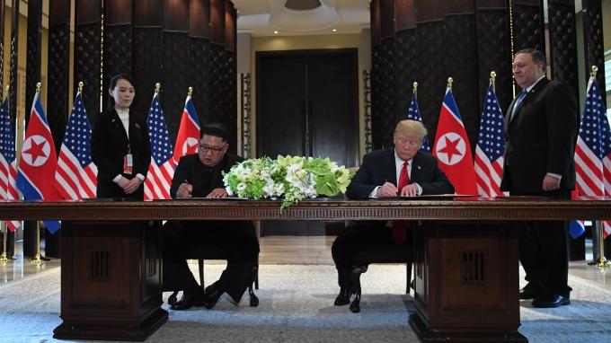 川普與金正恩在本次峰會中,共同簽署一份「全面性文件」。(圖:AFP)