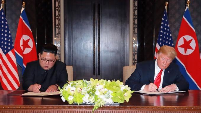 金正恩(左)與川普簽署協議 (圖:AFP)