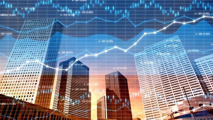 歷年利率揚升期間,新興市場漲幅優於成熟市場。(圖:AFP)