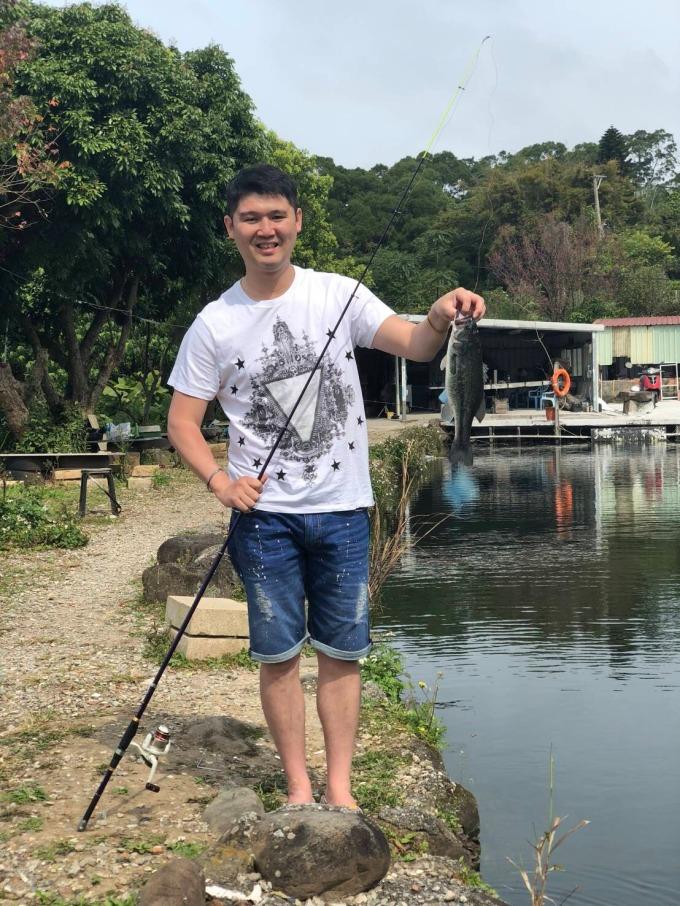 圖1: 因為永慶房屋彈性工作8小時制度,讓郭盛祥可以重溫和爸爸一起釣魚的時光,家庭生活更圓滿。