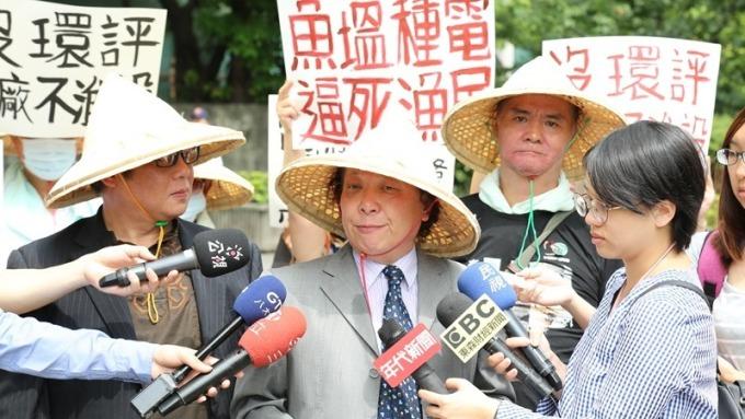 中華金融人員暨投資人協會秘書長尚潔梅聲援到大同抗議的養殖戶。(圖:金投會提供)
