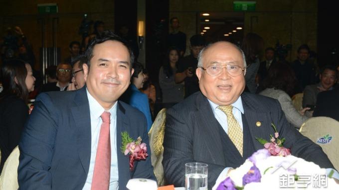 愛之味新舊任董事長,左為陳冠翰,右為陳哲芳。(鉅亨網記者張欽發攝)