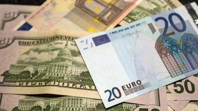 歐元走貶,美元攀高。(圖:AFP)