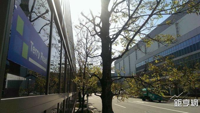 鴻海夏普大阪堺工廠因地震部分停機,圖為廠內的Terry Road(郭台銘路)。(鉅亨網資料照)