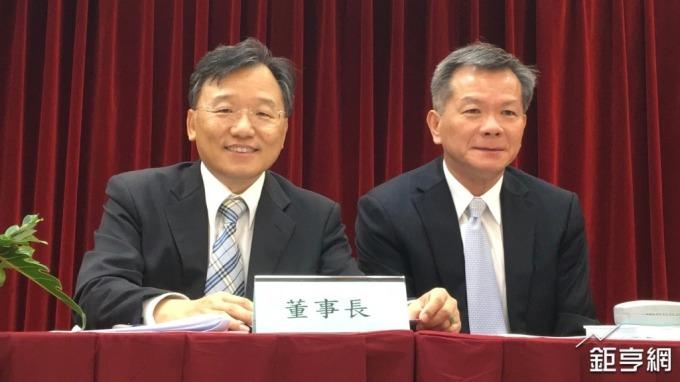 左起為晶電董事長李秉傑、總經理周銘俊。(鉅亨網記者林薏茹攝)