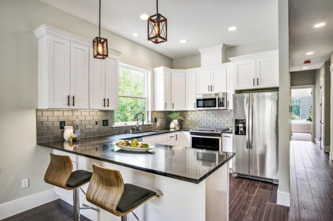 黑白設計廚房(圖片來源:zillow)