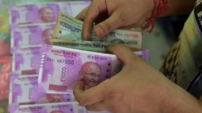 印度盧比兌美元貶破69,創下歷史新低。(圖:AFP)