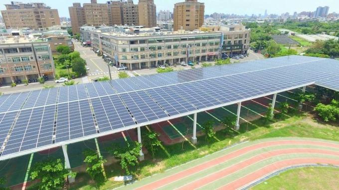 中美晶位於高雄市鳳翔國中的風雨球場太陽能電廠。 (圖:中美晶提供)