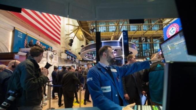 美股道瓊指數今日收漲320點,貿易戰隱憂暫時消退。(圖:AFP)