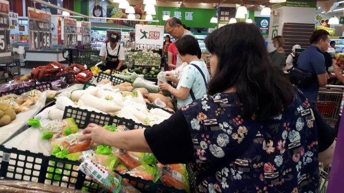 量販和超市湧現消費者搶購便宜蔬果。(圖:愛買提供)