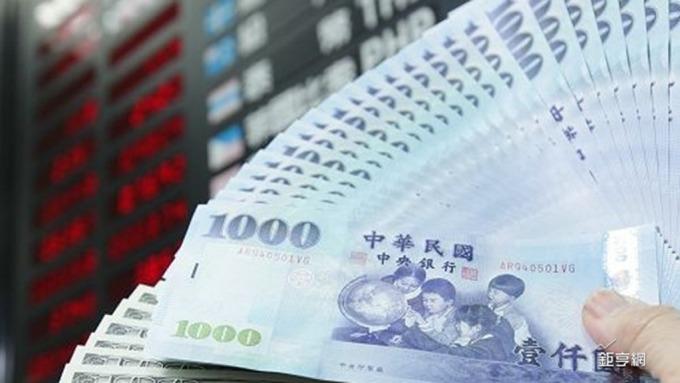 新台幣今日最多又重挫1.12角貶破30.5元關卡。(鉅亨網資料照)