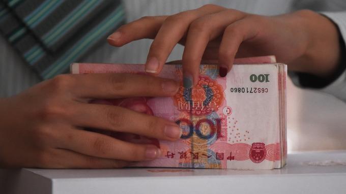 人民幣中間價報貶492點(圖:AFP)