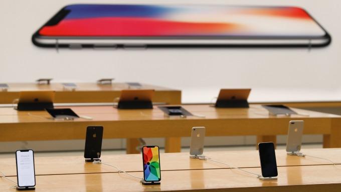手機產品也須使用稀土原料(圖:AFP)
