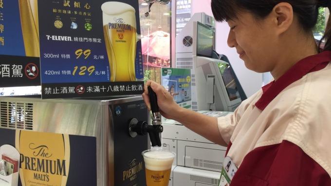 7-ELEVEN引進日本三得利生啤酒機(店員確認顧客須年滿18歲才會販售)。(圖:統一超提供)