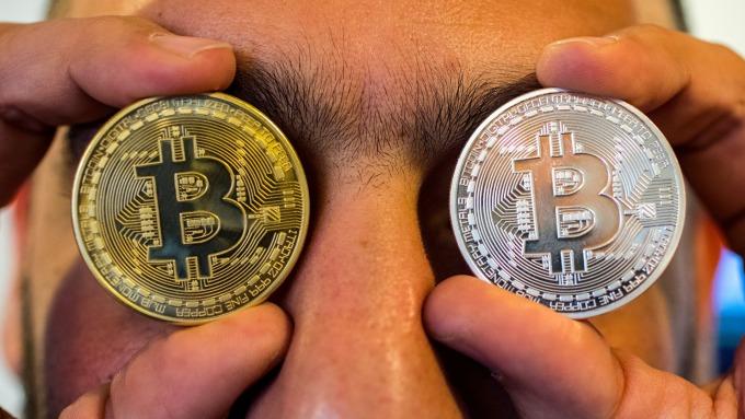 比特幣摜破6500美元。(圖:AFP)