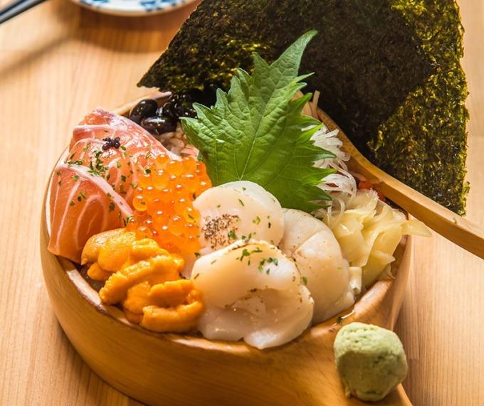三色海景丼有干貝、海膽、鮭魚和鮭魚卵,最是豐盛