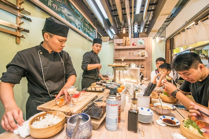 兩位主廚在市場的狹小空間工作需要很有默契。
