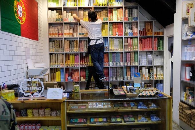 販售上百種魚罐頭的店鋪有時候店員還要爬上樓梯才拿得到限定罐頭