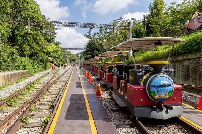 鐵道自行車外型如同小火車,設置遮棚免受日曬雨淋。