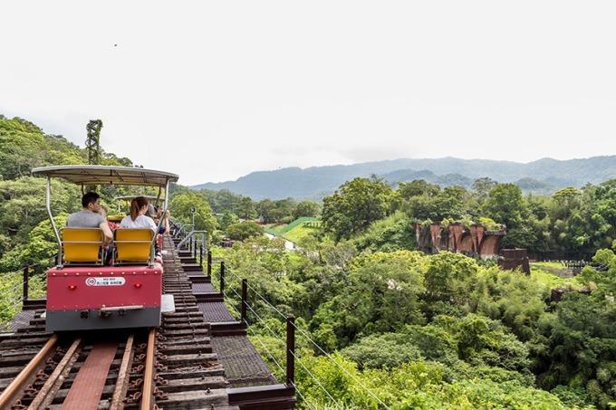 搭乘全台唯一鐵道自行車,高空遠眺龍騰斷橋