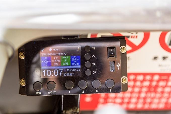 儀表板可顯示目前行車時速等數據
