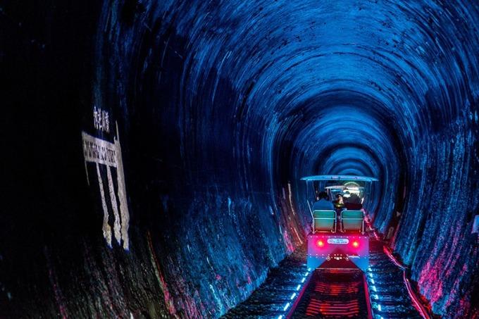 車入隧道時會產生絢麗燈光變化