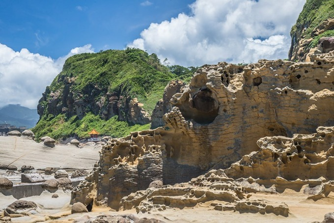 岩石被侵蝕得凹凸崎嶇,有的像豆腐般一格格的排列,有的像人臉躲在沿岸的礁石中
