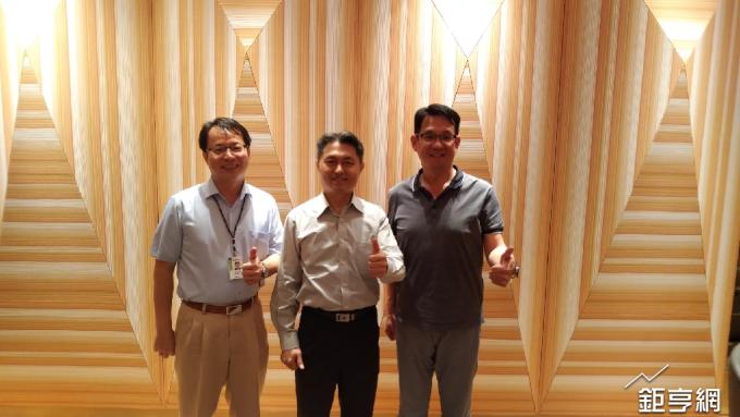 資訊服務需求佳,緯軟執行長蕭清志(中)對下半年展望樂觀(鉅亨網記者彭昱文攝)