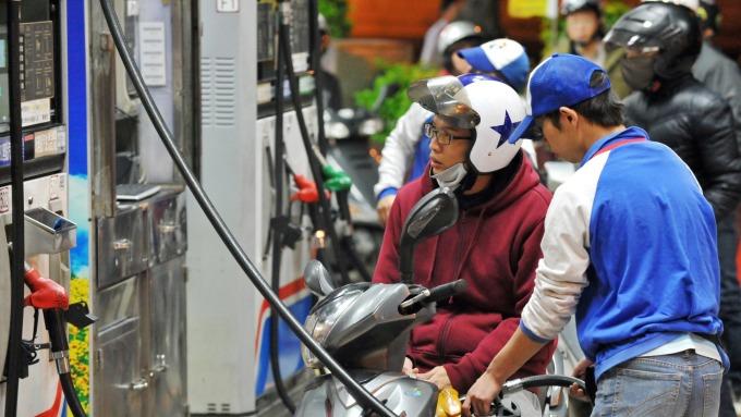 中油:汽、柴油價格明日起各降0.1元及0.2元(圖:AFP)