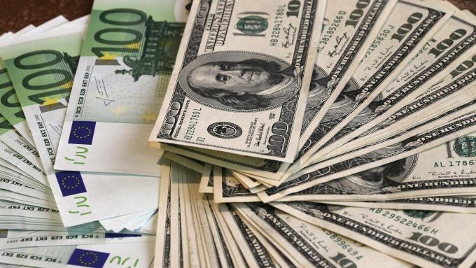 歐元與美元(圖:AFP)