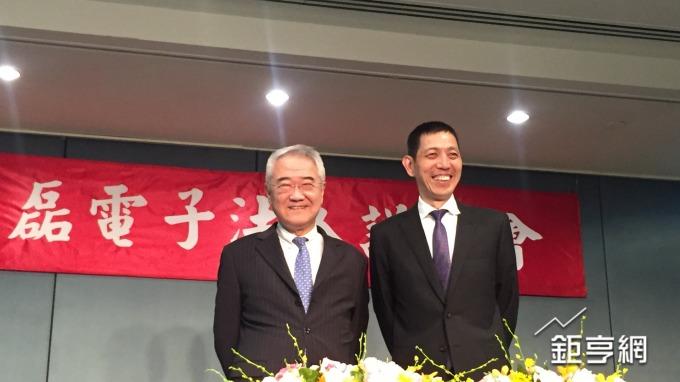 中磊董事長王伯元(左)與總經理王煒。(鉅亨網資料照)