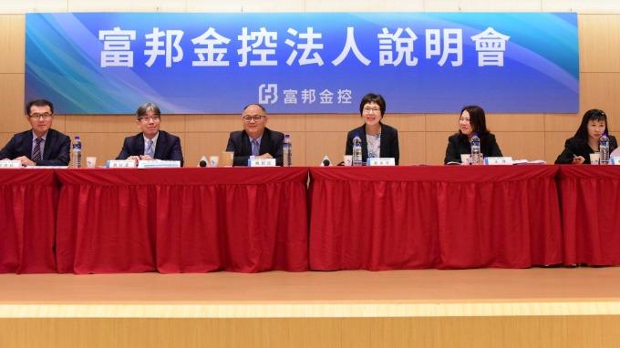 富邦金今日舉行法說會,左三為富邦金總經理韓蔚廷。(圖:富邦金提供)