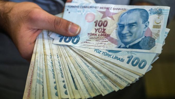 里拉的貶勢,令投資人感到憂心。(圖:AFP)