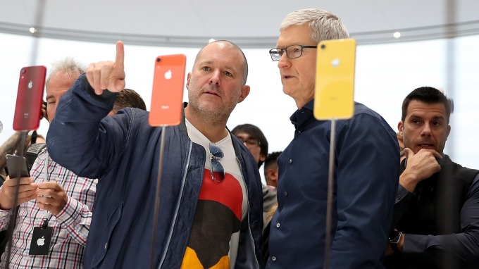 蘋果執行長庫克(右)(圖:AFP)