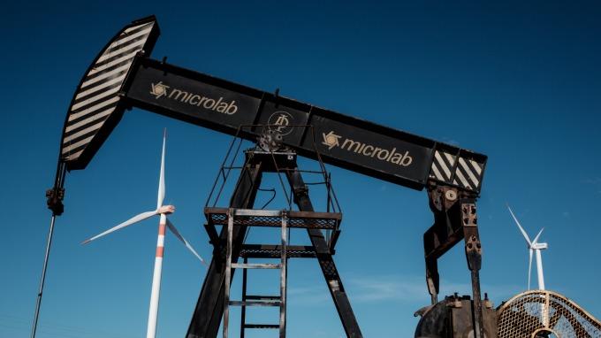 布蘭特原油期貨不到兩周內漲近6美元或7%。(圖:AFP)