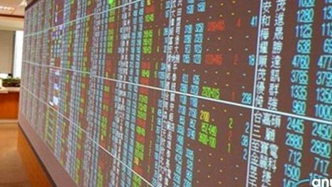 〈台股跌破今年起漲〉台股10月首週大跌近500點 市值蒸發達1.47兆