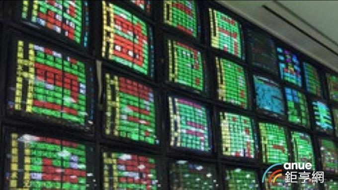台股暴跌500點萬點關卡失守,國安基金是否護盤下午揭曉。(鉅亨網資料照)