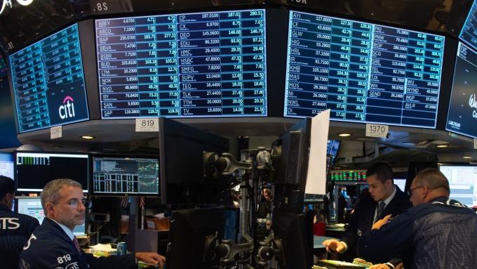 圖:AFP 美國股市週四中場持續走低