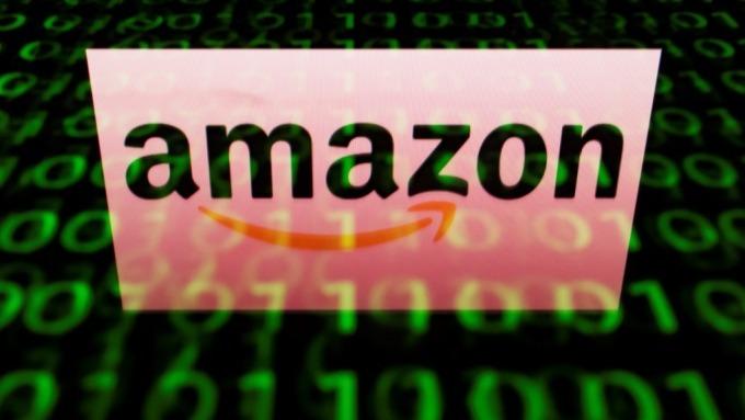 美國郵局提議對亞馬遜和其他托運商增加收費。(圖:AFP)