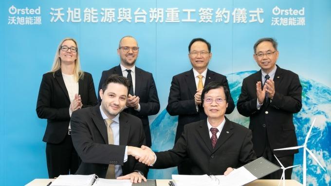 沃旭能源今(12)日與台塑集團旗下台朔重工簽署水下基礎基樁製造合約。(圖:沃旭提供)