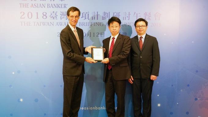 第一銀行榮獲亞洲銀行家雜誌「臺灣最佳雲應用大獎」,副總經理劉培文(中)從亞洲銀行家國際資源總監Richard Hartung(左)手中接下獎項。(圖:一銀提供)