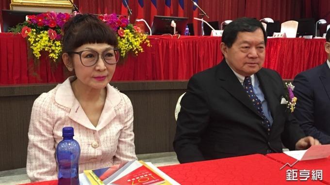 遠百董事長徐旭東(右)和總經理徐雪芳(左)。(鉅亨網資料照)