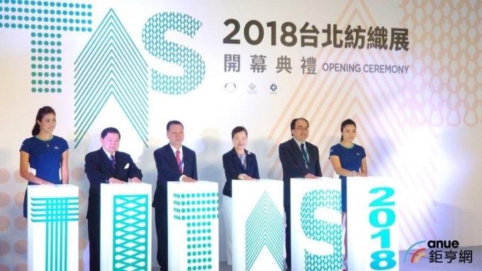遠東新董事長徐旭東(左二)出席台北紡織展開幕典禮。(鉅亨網記者鵬昱文攝)