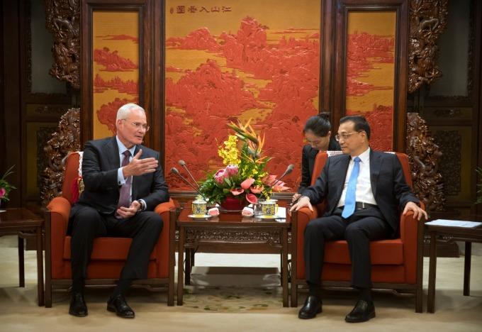 埃克森美孚 CEO Darren Woods與李克強在中國國營媒體上對談      (圖:AFP)