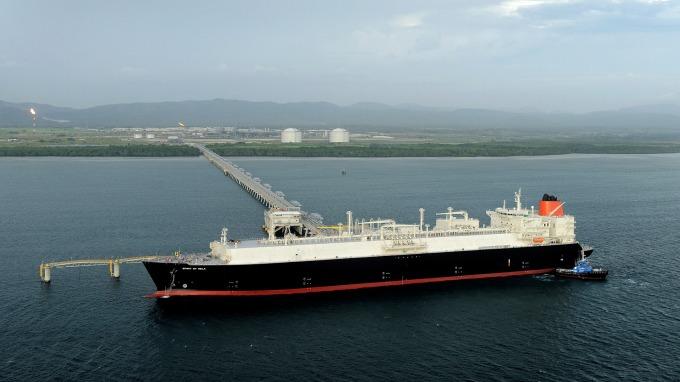 正在巴布亞紐幾內亞裝載LNG的埃克森美孚天然氣輪      (圖:AFP)